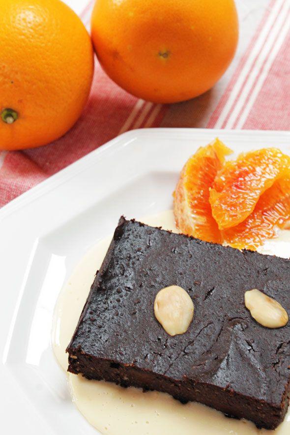 Per iniziare la giornata col piede giusto, una fetta di brownie alle mandorle con salsa all'arancia è quello che ci vuole! :) Ricetta vegan e glutenfree.  Ricetta su: http://karmaveg.it/brownies-vegan-alle-mandorle-e-salsa-allarancia.html