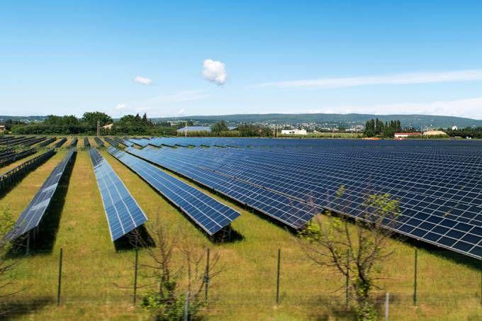 A China mais do que dobrou a capacidade instalada em energia solar fotovoltaica no ano passado, fato responsável por transformar o país no maior produtor de energia solar do mundo em capacidade, de acordo com a Administração Nacional de Energia chinesa (NEA). A capacidade fotovoltaica instalada aumentou 34,54 gigawatts (GW) durante 2016, registrando um total de 77,42 GW. As províncias de Shandong, Xinjian e Henan obtiveram maior aumento de capacidade, enquanto Xinjian, Qinghai, Gansu e…