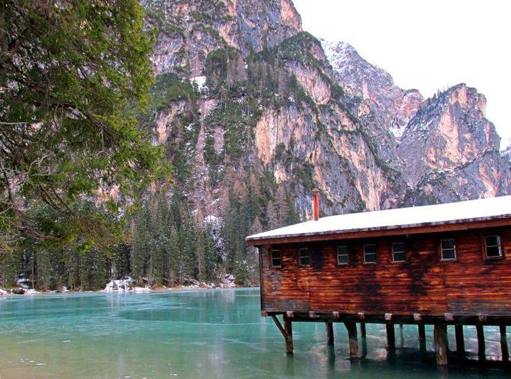 idee per weekend romantici sul lago di brais nelle dolomiti