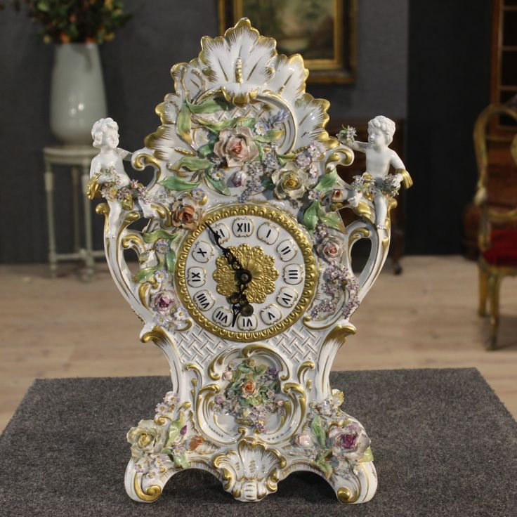 Table clock in hand-painted porcelain of the 20th century. Visit our website www.parino.it