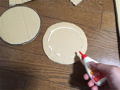 ダンボールで作ったフリスビーを投げて、穴に入れるゲームです。段ボールフリスビー、円盤投げゲーム。English page : Cardboard Frisbeeカエルの口に円盤が入った時に、気持ちのいいゲームです。子どもの夏祭りでも好評の遊