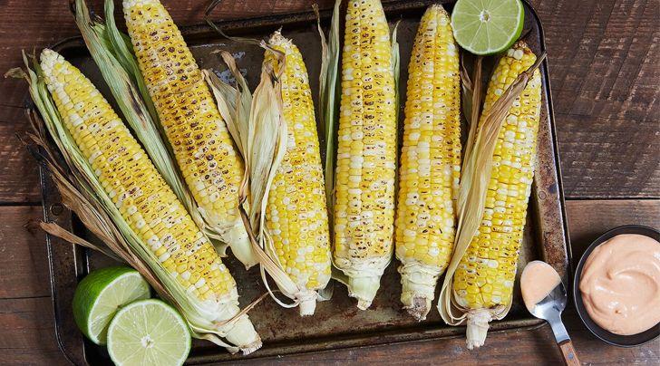 La mejor manera de comer maíz a la parrilla y cubierto de picante confitado