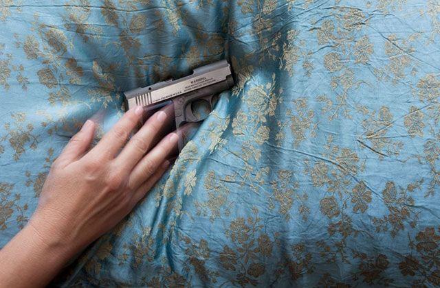 Жительница Джорджии в пижаме и с пистолетом прогнала троих грабителей http://www.belnovosti.by/world/52998-zhitelnitsa-dzhordzhii-v-pizhame-i-s-pistoletom-prognala-troikh-grabitelej.html