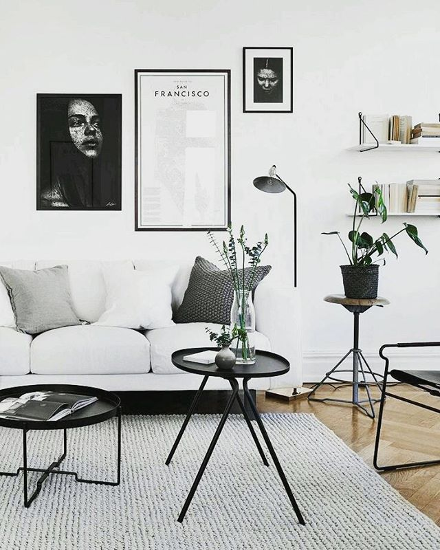 Scandinavische woonkamer in zwart-wit thema met gallery wall en San Francisco poster. // via Nuggwifee