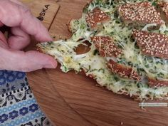 Feestelijk kaas plukbrood is precies wat het is: brood met veel gesmolten kaas om lekker van te plukken tijdens een feestje!