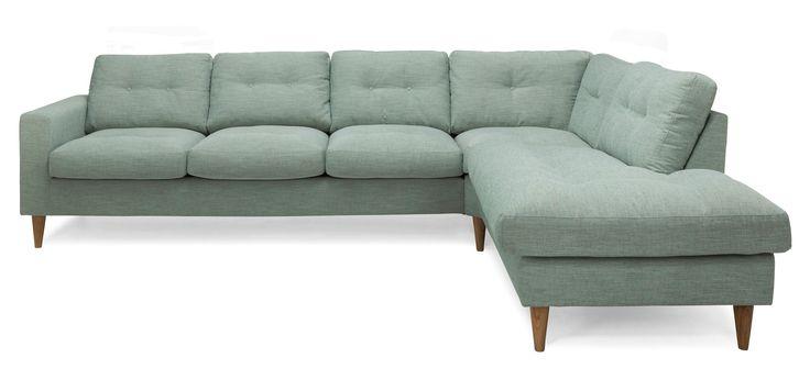 Divansoffa Weekend är en inbjudande soffa med öppet avslut höger framifrån sett. På bilden i tyg Delight Sea green samt konade ben i ek. Nackkuddar finns att köpa till.