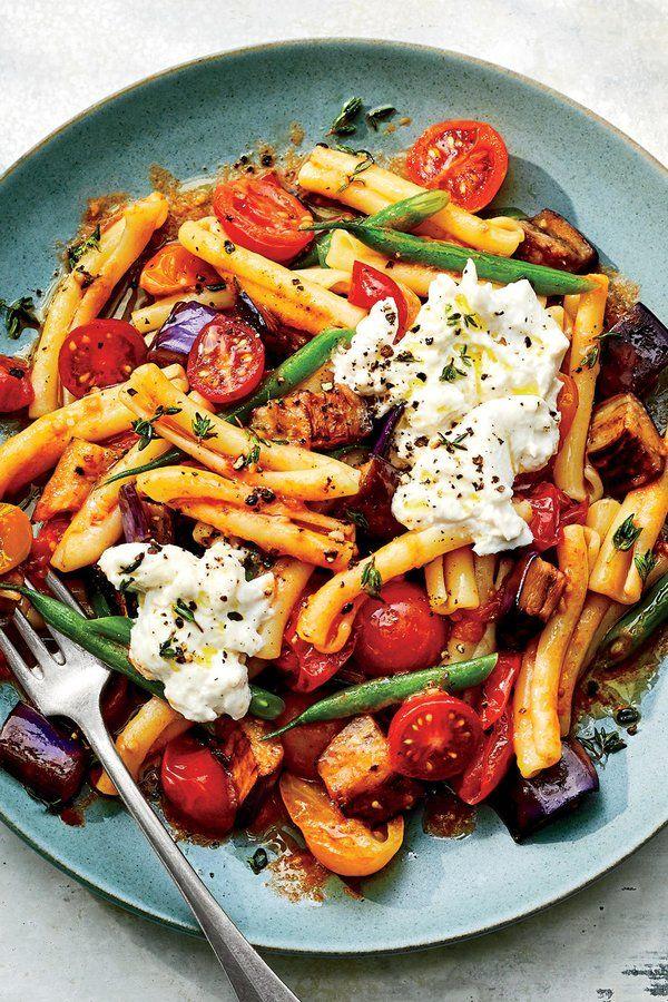 Warmer Nudelsalat mit Tomaten und Auberginen