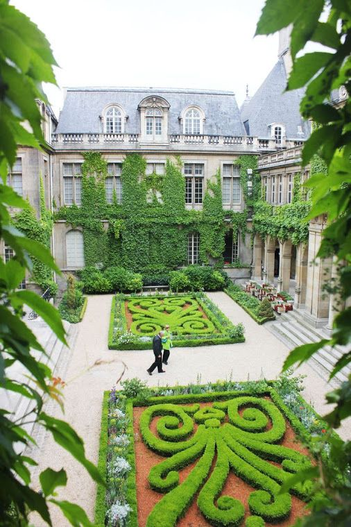 COURTYARD GARDEN - PARIS