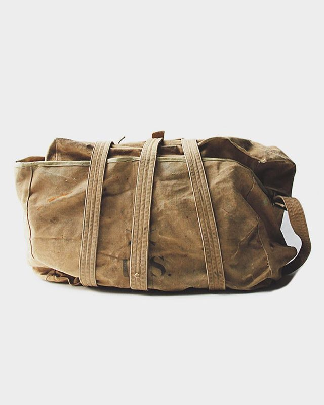 WEBSTA @ matin.jp - WW1 CANVAS BAG.・・第一次世界大戦で使われていたキャンバス製のバッグ。 当時物をまとめて運ぶ際に使われていた物だと思われますが、詳しい用途は不明です。 約100年前の鉄製の強固なバックルやリベット、パイピングに使われている生地等、今では味わえない素材感が魅力です。