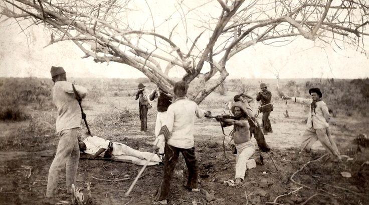 Prisão de jagunços conselheiristas, essa cena evidentemente se trata de uma simulação, e demonstra que a fotografia no século XIX buscava se assemelhar com o trabalho das pinturas, 1897 (Flávio de Barros/Acervo Museu da República).
