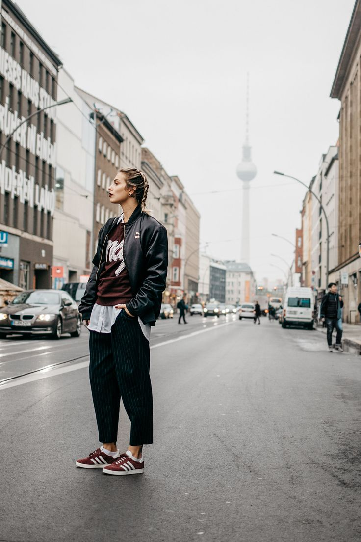 Wochenrückblick #43 | Fashion Blog from Germany. White shirt+black pinstripe pants+burgundy sneakers+burgundy sweatshirt with print+black bomberjacket. Fall Outfit 2016