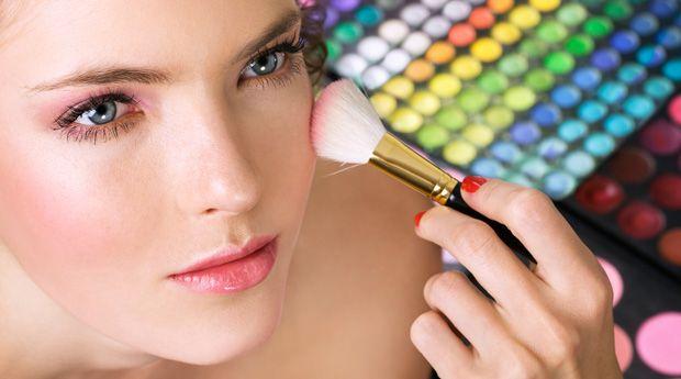 Кто на свете всех белее: макияж для бледной кожи - Для обладательниц бледной кожи макияж может даваться не так просто: перестарайтесь, и вы будете похожи на школьницу, добравшуюся до маминой косметички, состорожничайте, и вы сойдете за привидение. Эксперт по маки�