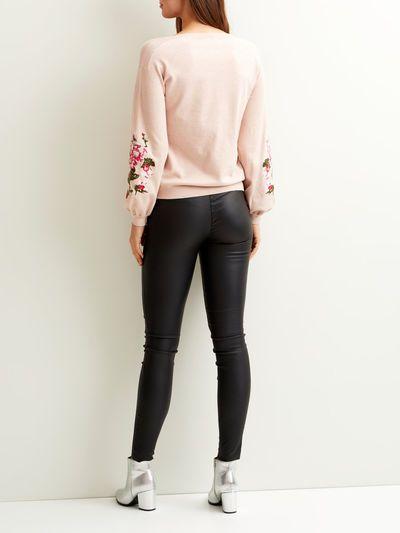 Modellnamn: VIODONNA KNIT TOP | Broderad tröja | Långa vida ärmar | Längd: 60 cm i storlek M | Ärmlängd: 60 cm | Modellen är 180 cm lång och bär storlek M