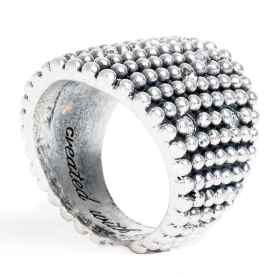Deze stoere verzilverde ring uit de Diamond Ball collectie daar zeg je geen nee tegen. Laat zich uitstekend combineren met al je andere ringen en vormt ook een mooi geheel met de ringen uit de Buddha collectie.