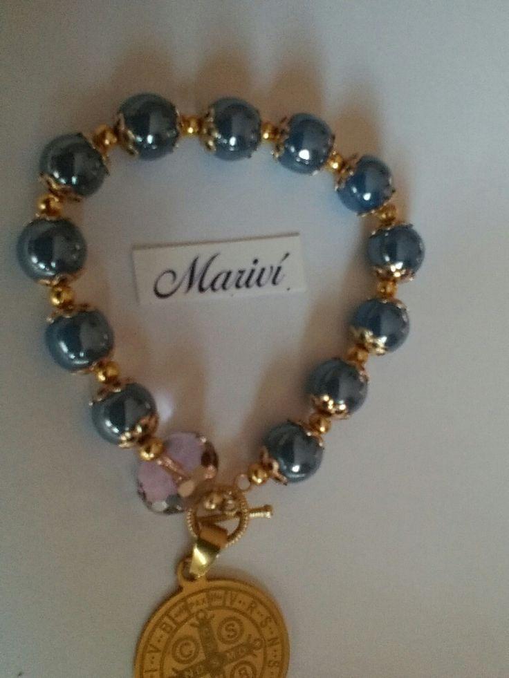 Pulsera con cristal perlado, oro laminado y medalla de San Benito