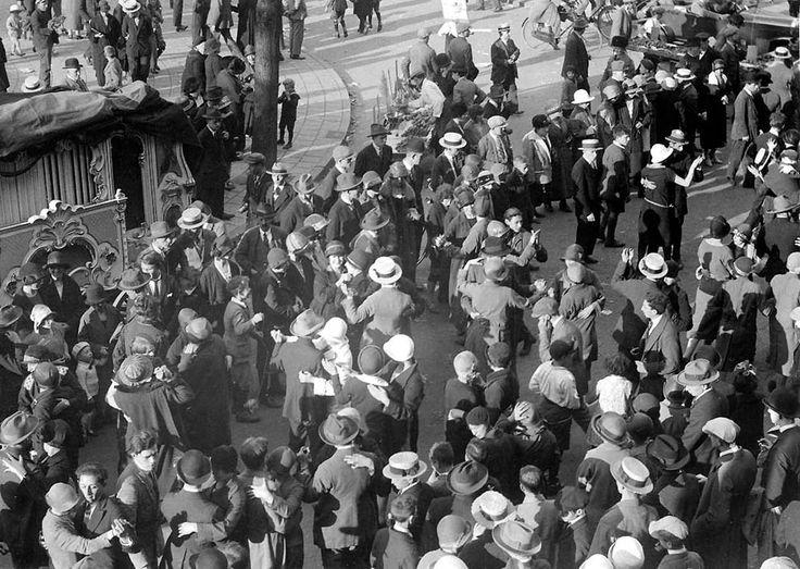 Танцы на улицах под звуки органа по случаю 650-летия Амстердам, Нидерланды 1925 год