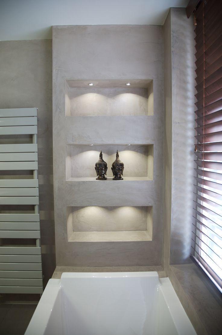 Betonlook muur met nis bij bad