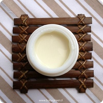 CREMA PER LE MANI - 100 ml - 40gr di burro di Karite', 25 gr di olio di mandorle dolci, 20 gocce olio essenziale d' arancio dolce