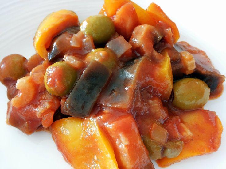 Caponata je typicky produkt sicilskej kuchyne. Ide o zmiesanu oprazenu zeleninu (predovsetkym baklazan) v sladkokyslej paradajkovej oma...