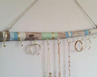 Bois peint pour les bijoux. Cette œuvre d'art va ajouter grand caractère à votre maison ! Accrocher vos colliers, bracelets, boucles d'oreilles etc.. La bois flotté est disponible en quatre tailles : 12 pouces de long et 1-2 pouces de diamètre avec six crochets en or de 7/8 pouces. 18 pouces de long et 1-2 pouces de diamètre avec huit crochets en or de 7/8 pouces. 24 pouces (2 pi) de long et 1-2 pouces de diamètre avec dix crochets en or de 7/8 pouces. 36 pouces de long et 1-2 pouces de…
