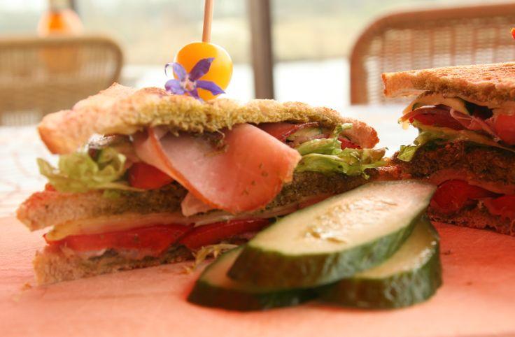 Engelse clubsandwich met kip, spek, avocado, sla en mosterdsaus. Nieuwe menukaart Netl de Wildste Tuin