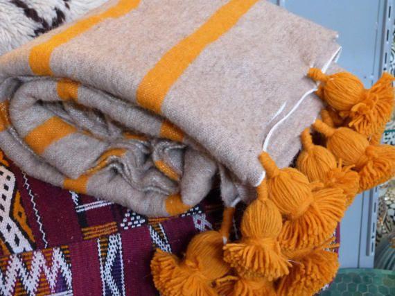 manta de pom pom marroquí, manta del tiro, extensión de la cama, cama marroquí, bereber manta, manta Bohemia  TAMAÑO  47 * 59 pulgadas / 120 * 150cm 59 * 59 pulgadas / 150 * 150cm 59 * 98 pulgadas / 150 * 250cm tamaño de la reina de 78 * 118 pulgadas/200 * 300cm 94 * 118 pulgadas/240 * 300cm gigante  Manta hecha a mano marroquí marrón claro y ocre amarillo de lana  Tejido en mano se cernía en los zocos de marrakech con pompones a mano  MÁS mantas en mi tienda: https:&...