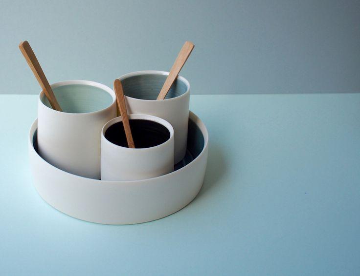 Porseleinen schaal en kommen Set. Wit, Azure, zwart en grijs. Handgemaakte wiel gegooid keramische porselein aardewerk. door ByTheLinePottery op Etsy https://www.etsy.com/nl/listing/513265003/porseleinen-schaal-en-kommen-set-wit
