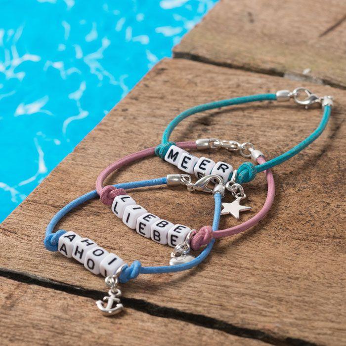 Armbänder für Seemansbräute mit Buchstabenperlen, Öederband und Metallanhängern.#buchstaben #buchstabenperlen #namensarmband #wunscharmband #armbänder #bracelets #diyschmuck #schmuckanleitung #schmuckshop #selbstgemacht #jewelrymaking #schmuckdesign #schmuckideen