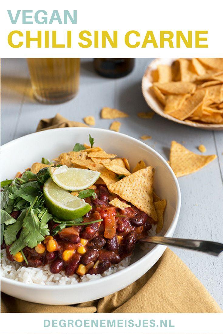 Recept vegan chili sin carne. Lekker met rijst, tortilla chips, koriander en natuurlijk guacamole.
