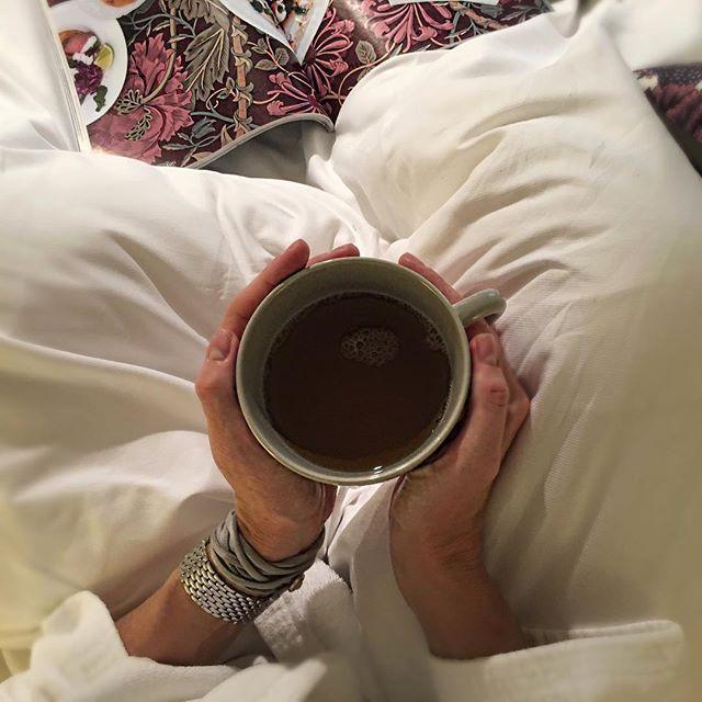 Start your #morning right with a cup of tea! #teaforone #rörstrand #hotel #hh #hamburg #servicedapartments #boardinghouse #goodstart #swedishdesign #itsalwaysteatime #grey #teacup #harvestehude #eppendorf #madeinsweden #isestrasse #boxspringbett #bed @vondeskahouses @selectiongustavia @salon_magazin