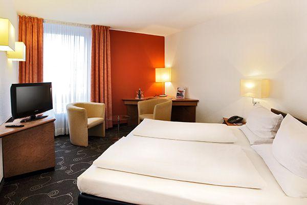 Blick in eines der Hotelzimmer / View into one of the hotel rooms   H+ Hotel Siegen
