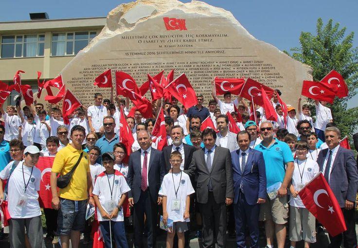 """15 TEMMUZ ŞEHİTLERİ ANITI'NIN AÇILIŞI YAPILDI ... 15 Temmuz hain darbe girişimi sırasında hayatını kaybeden şehitlerimizin aziz hatıralarını ölümsüzleştirmek adına 15 Temmuz Şehitleri Mesleki Eğitim ve Öğretim Külliyesi içine BTSO tarafından yaptırılan """"15 Temmuz Şehitleri Anıtı""""nın açılışı büyük bir katılımla gerçekleştirildi."""