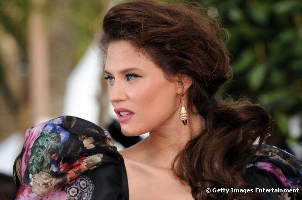 Bianca Balti ha scelto una coda di cavallo bassa e bombata sul davanti, per il red carpet del 65° Festival di Cannes, il 19 maggio 2012.
