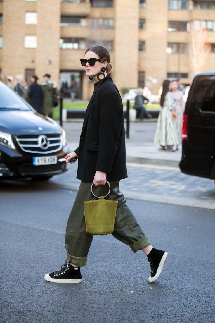 Street Style | Ihr Guide für alle Star-Taschen der Saison auf der Straße …   – Casual Edgy Chic Outfit Inspiration