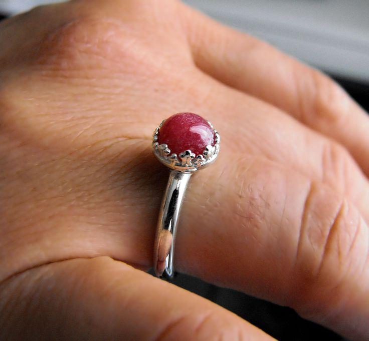 Anello in argento 925 con pietra naturale rodonite dal diametro di 8 millimetri; La Rodonite è una pietra di un bel colore rosa, a volte arancione rosa o rosso, con macchie nere. Vitreo, madreperla, traslucido, opaco lucido. In questo caso, come si può vedere dalle fotografie, abbiamo una pietra senza particolari macchie nere: è un bel colore rosso.  In questa linea di anelli abbiamo cercato di unire uno stile moderno ad uno stile classico e prezioso. Dello stesso modello puoi trovare nel…