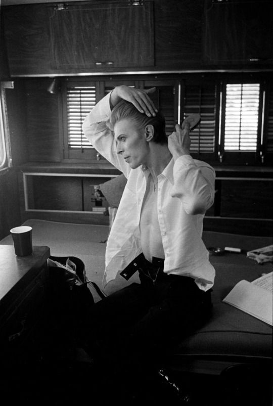 """David Bowie in his dressing room while filming """"The Man Who Fell to Earth"""", 1975. Photo by Steve Schapiro"""