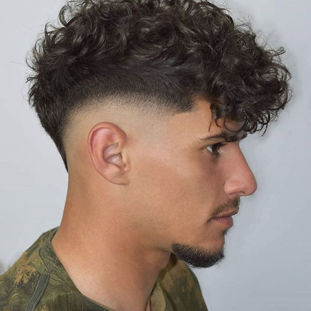 50 Letzte High Fade Haarschnitte Fur Manner In 2020 Schwarze Locken Frisuren Haar Styling Haarschnitt