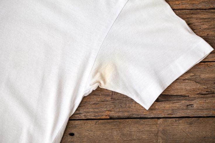 Gebliche Schweißflecken auf weißen Blusen und Shirts lassen sich leicht entfernen. Diesen Trick sollte man kennen.