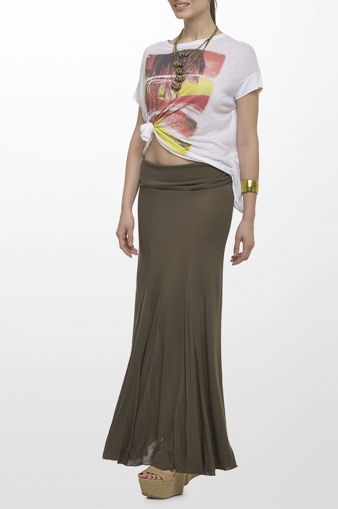 Sarah Lawrence - short sleeve printed cross-back blouse, jersey maxi skirt, necklace with golden rings.