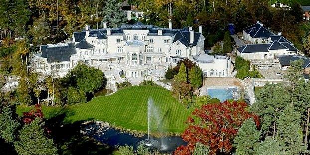 Hearst Mansion, Amerika Serikat. Rumah mewah yang berada di kawasan elit Beverly Hills ini mempunyai enam tempat kediaman yang terpisah, tiga kolam renang, lapangan tennis, klub malam dan 29 kamar tidur. Semua fasilitas tersebut tesebar di area seluas 6 hektar. Jika Anda tinggal di rumah ini, Anda akan menjadi tetangga dekat dari Tom Cruise-Katie Holmes dan David- Victoria Beckham.