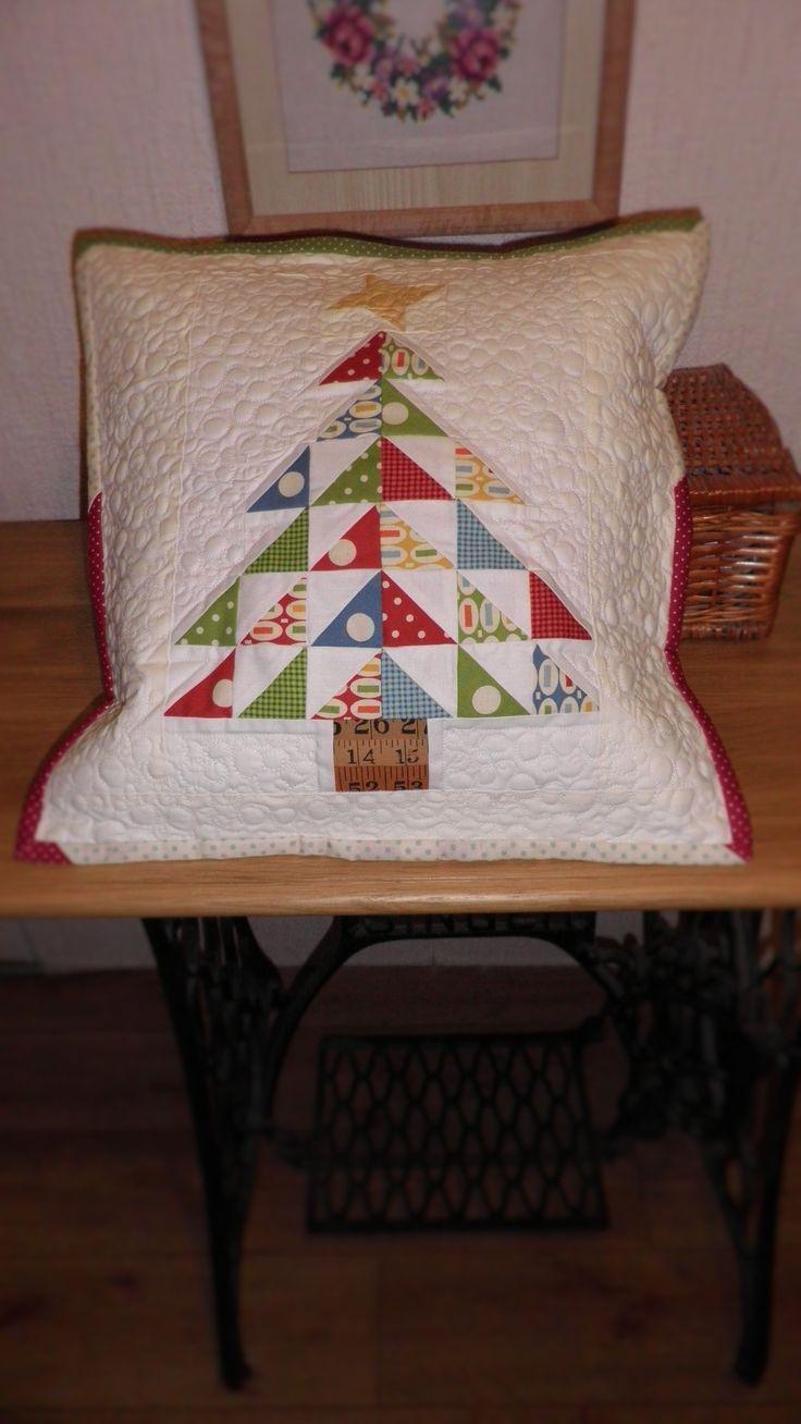 """vánoční+polštářek+,,Arbre+de+Noël+""""+Arbre+de+Noël+vánoční+strom........+polštářek+je+ušitý+ze+zahraniční+i+české+100%+bavlny,+technikou+patchwork.+Přední+díl+je+složený+z+půlených+a+celých+čtverců,+podložený+vatelínem+a+velmi+hustě+proquiltovaný+do+tvarů+bambulek,+nebo+sněhových+kouliček.+Samotný+stromeček+je+po+stranách+prošitý,+krásně+vystupuje+z..."""
