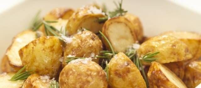 Aardappelen Uit De Oven Met Knoflook En Rozemarijn recept | Smulweb.nl