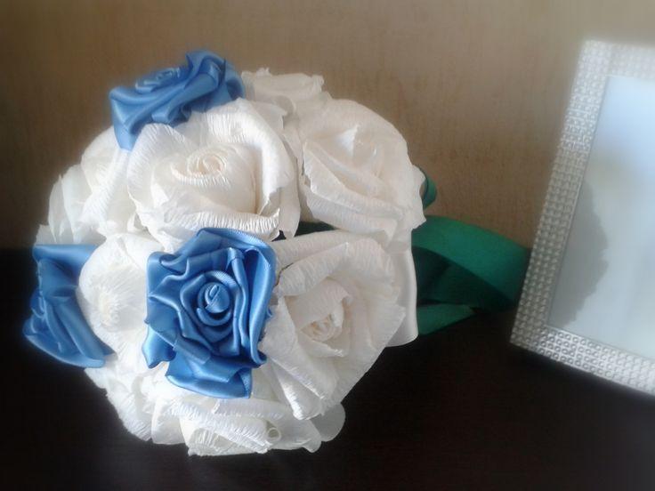 Bouquet da sposa realizzato interamente a mano con rose di carta crespa bianche, rose in doppio raso.