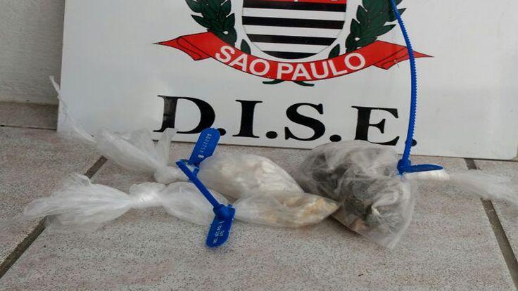 DISE prende jovem suspeito de tráfico no Peabiru - Policiais civis da DISE, Delegacia Sobre Entorpecentes de Botucatu, prenderam na tarde desta terça-feira, 14, o jovem Leonardo Vieira de Lima, de 20 anos de idade. Com ele, os investigadores Pelares, Valmir e João localizaram 45 papelotes de cocaína, 27 Parangas de maconha e 20 papelotes de - http://acontecebotucatu.com.br/policia/dise-prende-jovem-suspeito-de-trafico-no-peabiru/