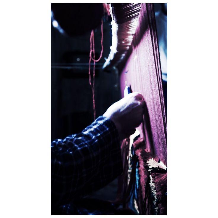 • Nous achetons directement les tapis auprès de femmes berbères dans leurs propres villages, avec un esprit de commerce équitable •  #morocco #middleatlas #weaving #weavingloom #craftsmanship #artisanat #artisan #berber #berberwoman #tisseuse #traditional #process #handmade #berberrug #beniouarain #beniouarainrug #tapisbeniouarain #tapismarocain #tapisberbere #moroccanrug #rug #berbererug #atlasmountains #weaving #qualitywool #maroccanrug #tapisberbere #tissage #bohemian #boho…