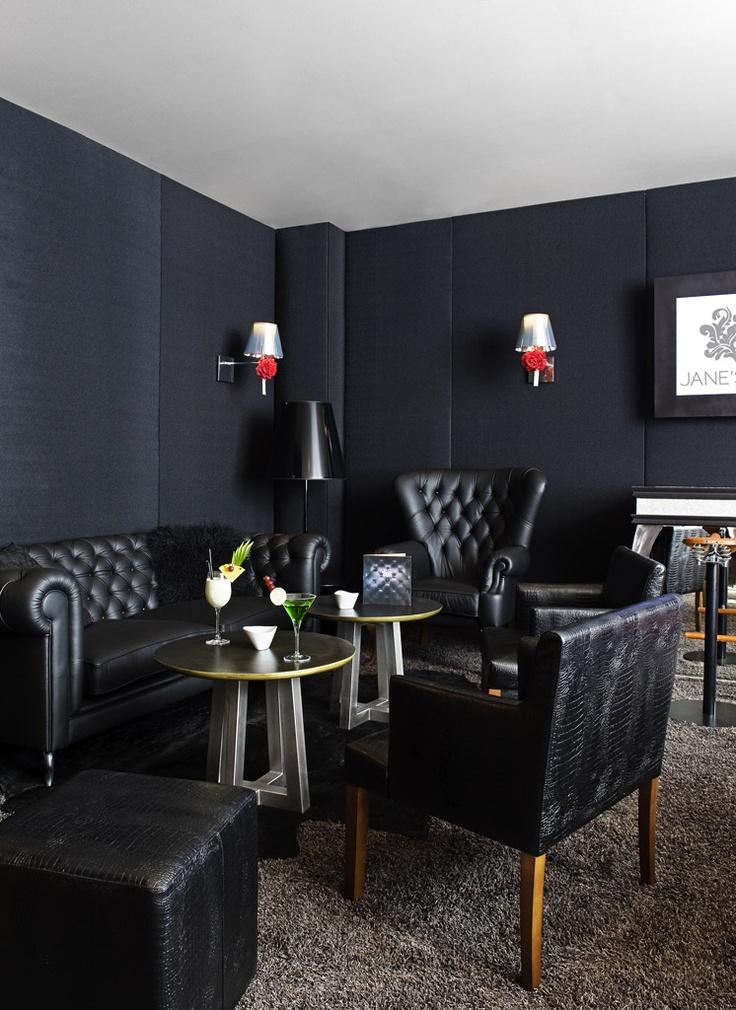 "Confortablement installé dans les grands canapés en cuir du ""Black Corner"""