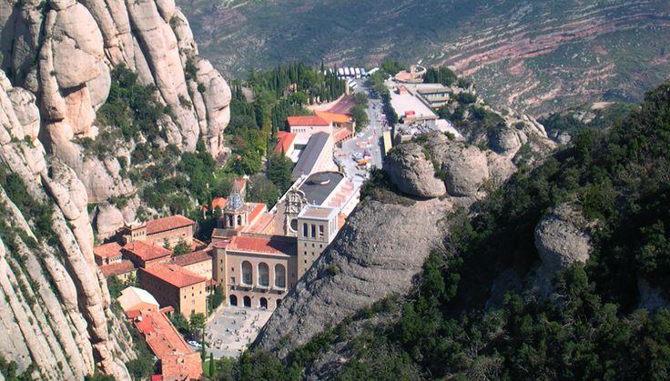 Visita guiada a la montaña de Montserrat. Los niños disfrutarán con las leyendas de la montaña mágica , mientras que los mayores descubrirán la geología, la flora y la fauna del parque natural de Montserrat.