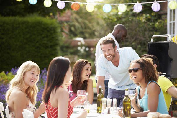 """Begränsa inte ditt sociala liv bara för att du vill vara glutenfri!  Du får en inbjudan till en härlig middag på t ex Facebook, och din första tanke är -jajamensan -jag kommer, jag svarar JA på en gång! Då slår det dig och oron kör igång. Du vill gå, men """"kan inte"""" för att du har valt en glutenfri livsstil. Att inte äta gluten har gjort att du mår mycket bättre -du känner dig inte längre uppblåst, trött eller har ont i lederna. Dina fingrar domnar inte längre och huvudvärken är borta."""