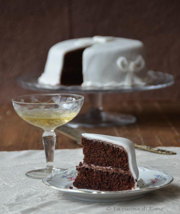 Chiffon cake al cioccolato, farcita alla nutella e ricoperta con pasta di zucchero.... golosissima !