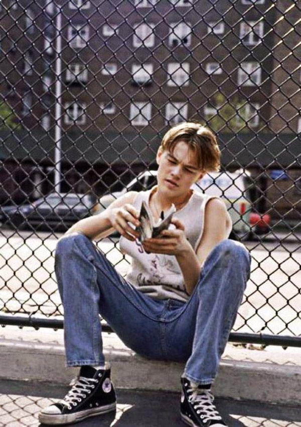 El joven Leonardo Di Caprio leyendo.
